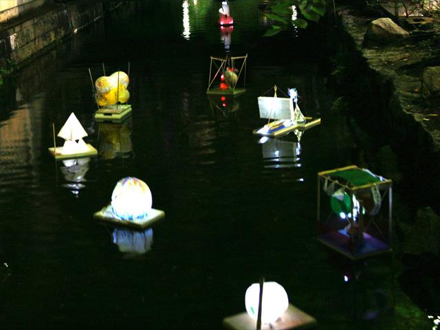 京都木屋町の高瀬川で灯籠流し