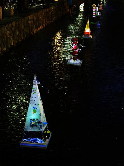 京都木屋町の高瀬川で作品を展示
