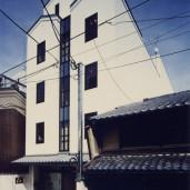 公長斎小菅ビル–町家の中に建つオフィスビル